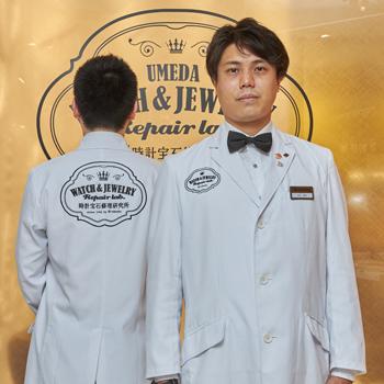 修理職人らしい身だしなみのオリジナル白衣を着用。