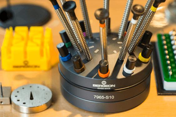 時計修理のための工具で揃えられた高い技術力を発揮できる店舗環境。