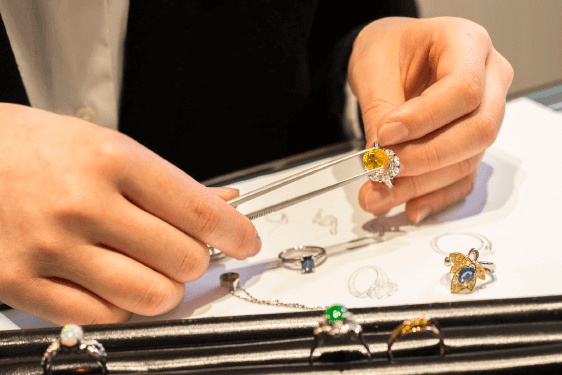 その場で宝石の修理やデザインの提案も行えます。