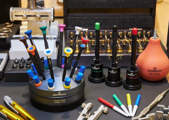 ベルジョンは、時計修理に特化した専用工具を数々開発・製造しています。